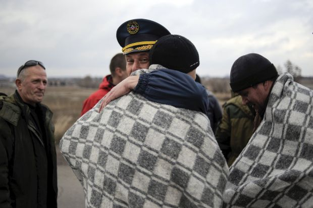 Servicemen of the self-proclaimed Donetsk People's Republic welcome their fellow servicemen released by the Ukrainian government forces during a prisoner exchange west of Donetsk, Ukraine, November 15, 2015.  REUTERS/Maksim Levin